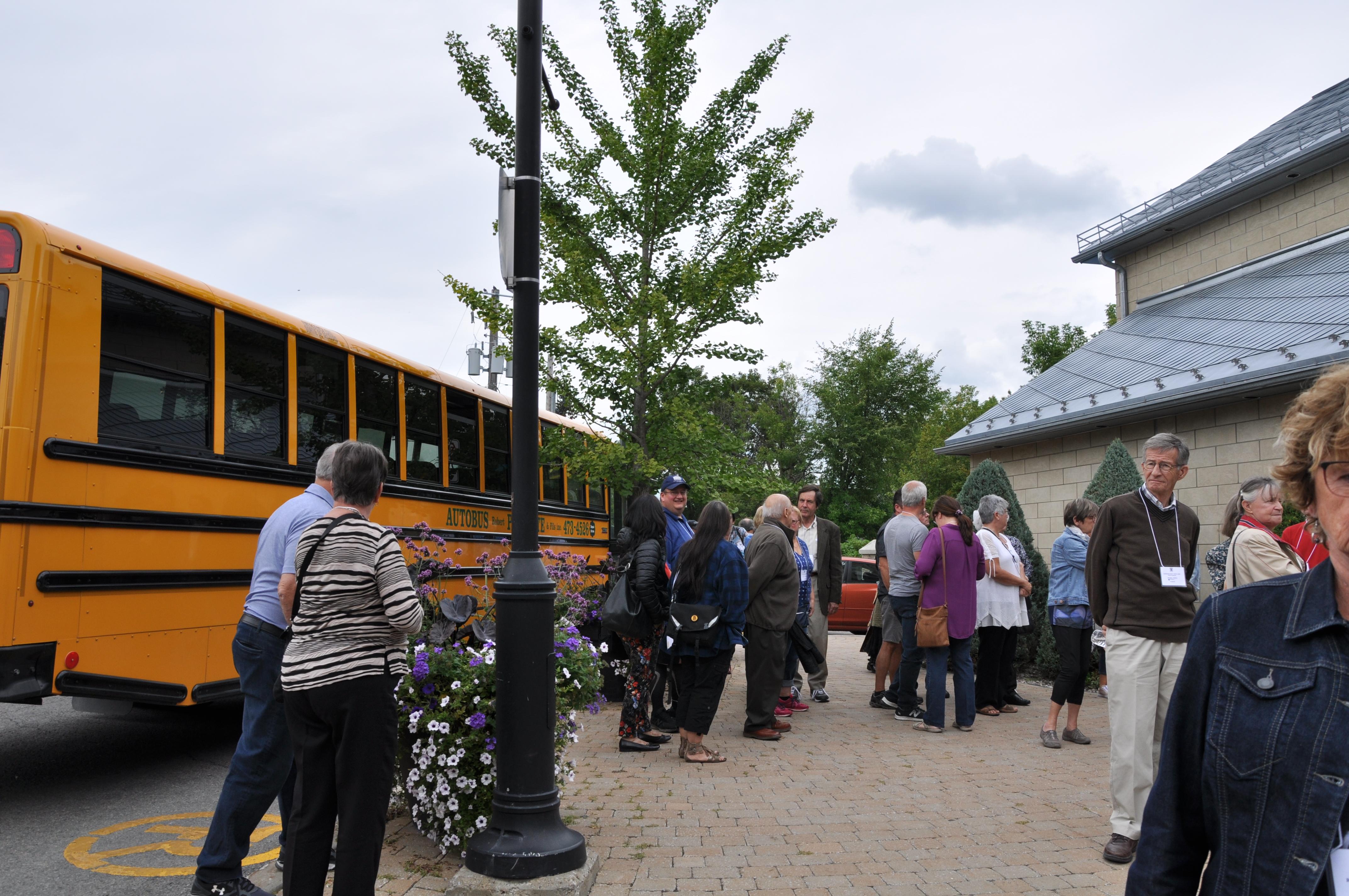 Départ des autobus vers visites guidées dans Vieux Saint-Eustache