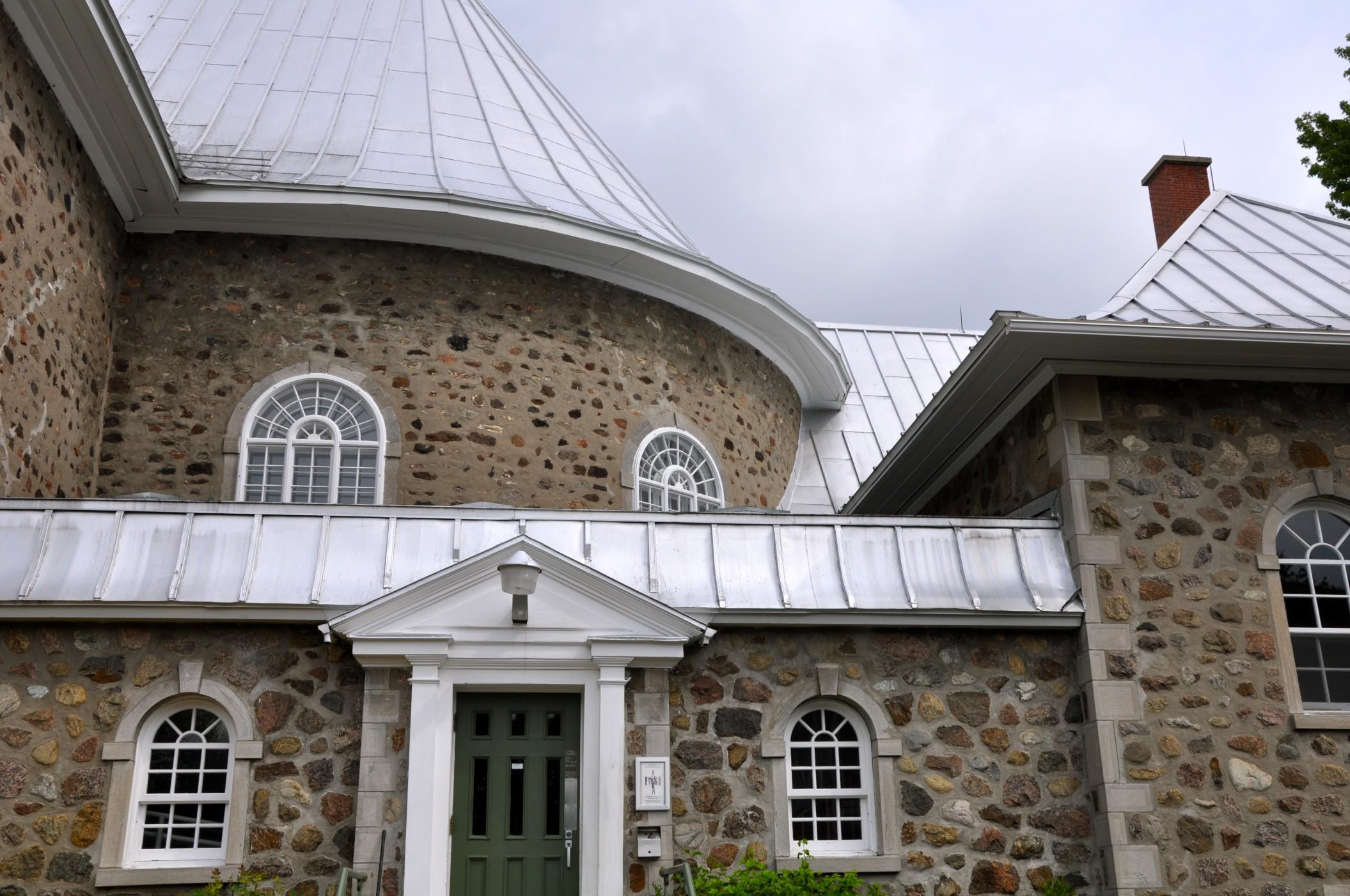 vue de côté église Sainte-Famille Boucherville