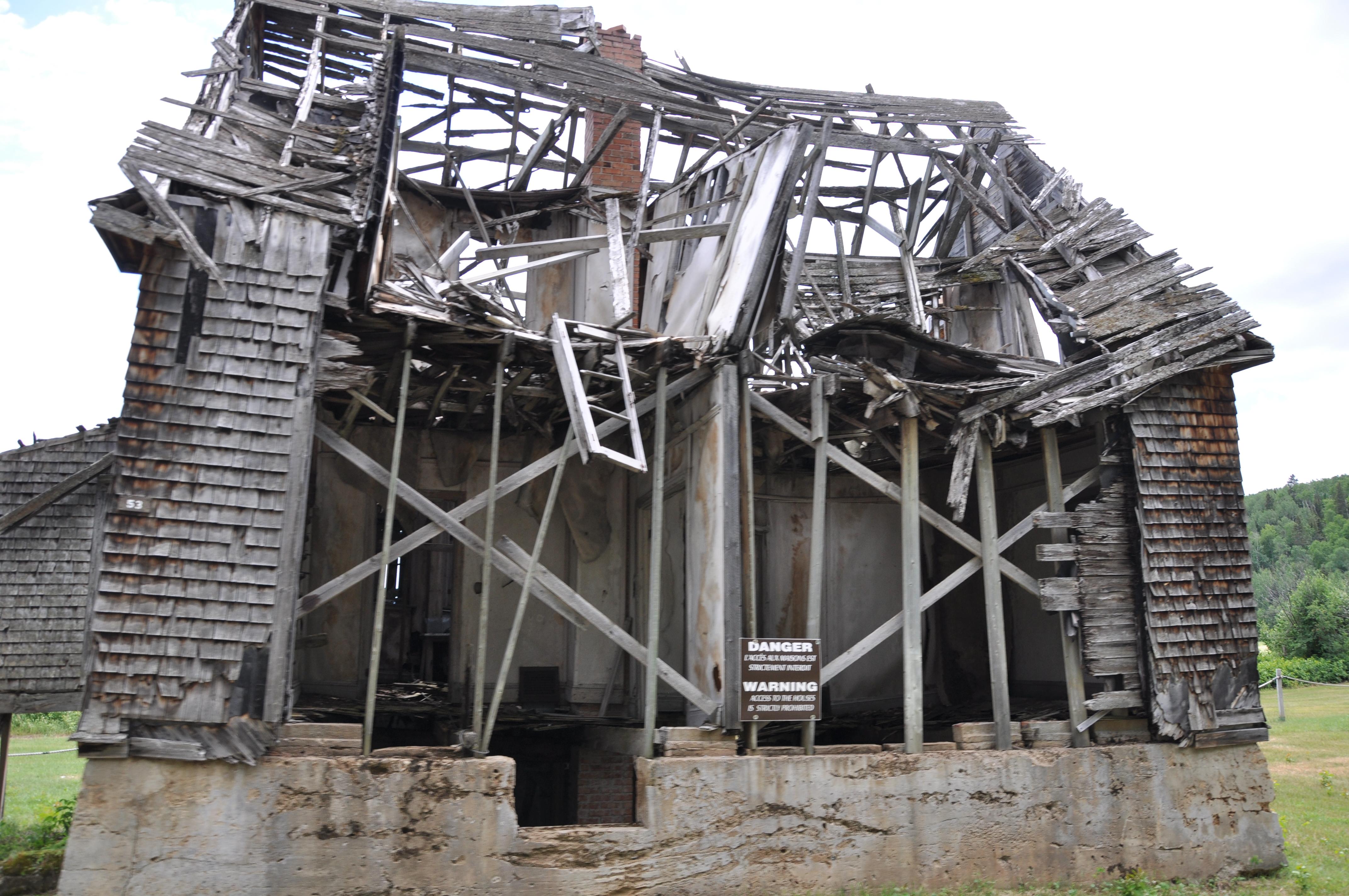 ... d'autres ruines encore debout pour quelque temps